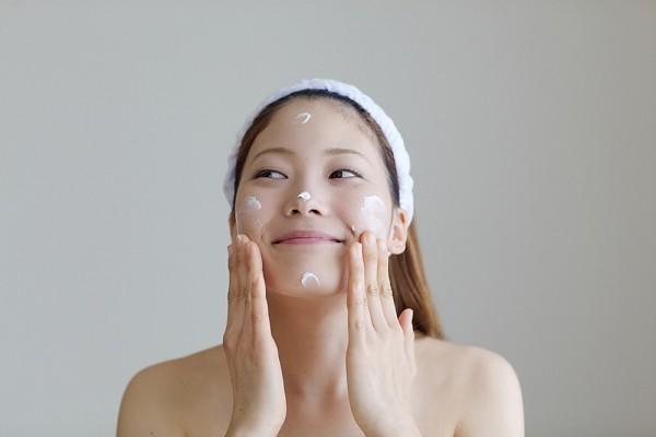 cách thoa kem dưỡng da mặt đúng cách