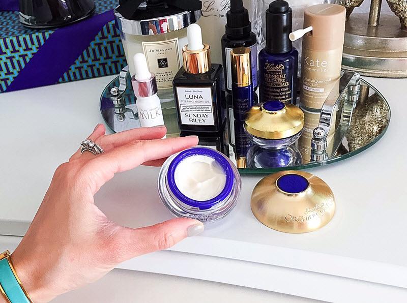 Dù là da khô, da dầu, hỗn hợp hay nhạy cảm thì bạn cũng nên cấp ẩm cho da để tăng cường độ ẩm, củng cố và duy trì lớp màng ẩm bảo vệ. Một làn da được cung cấp đầy đủ độ ẩm sẽ phục hồi nhanh hơn, da sáng khoẻ hơn và ít bị mụn tấn công.