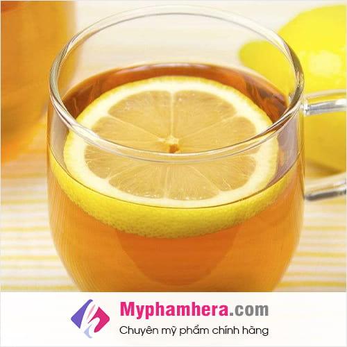 chanh và nước ấm là loại nước uống giúp giải độc thanh lọc cho cơ thể mỹ phẩm hera
